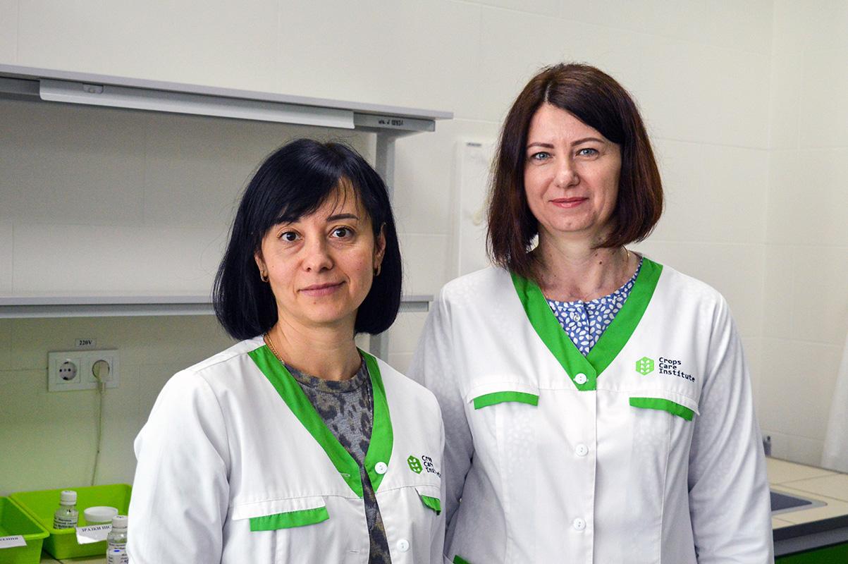 Тетяна Мауріна, інженер-дослідник лабораторії елементного аналізу, та Ірина Перехрест, керівник сервісно-аналітичного центру «Інституту здоров'я рослин»